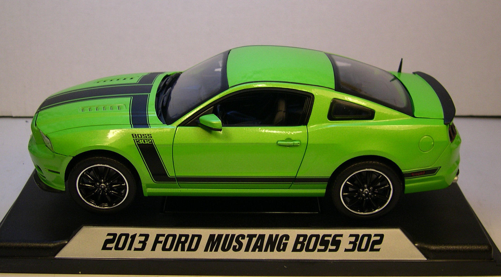 boss302-K- SHELBY COLLECTIBLES FORD MUSTANG BOSS 302 GREEN 2013